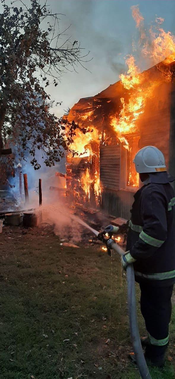 У Чернігівському районі горів житловий будинок: 41-річний чоловік отримав опіки. ФОТО