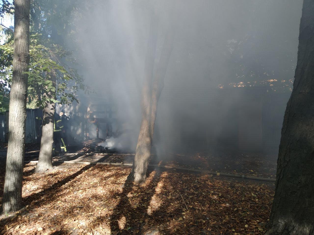 У Чернігові неподалік 15 ліцею горять сараї. ФОТОфакт