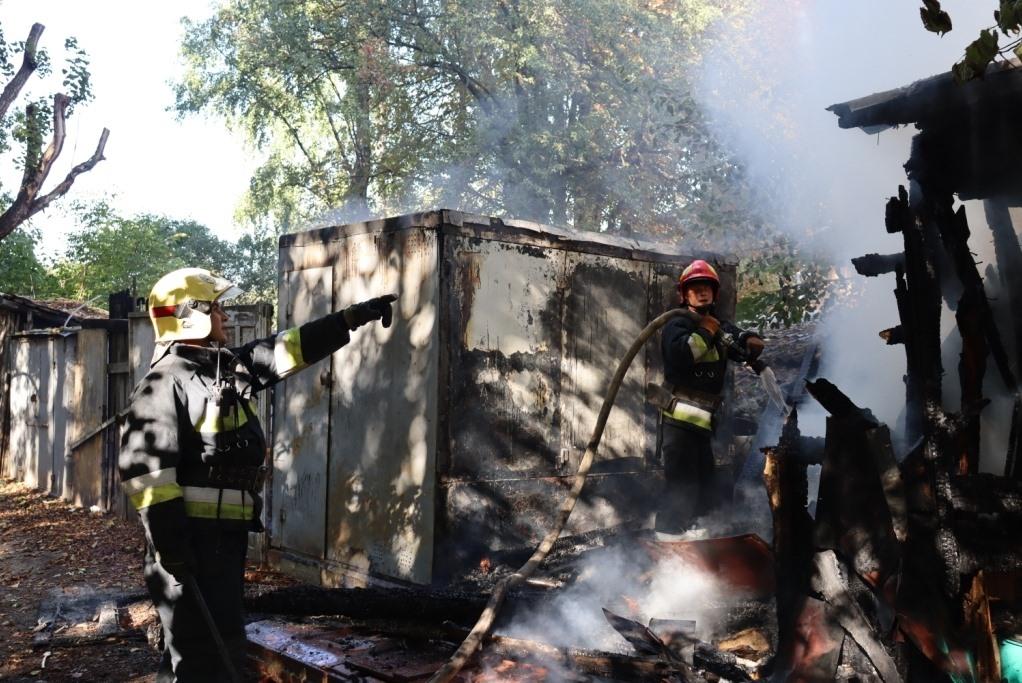 Дитячі пустощі з вогнем: стало відомо, чому горіли сараї у Чернігові. ФОТО