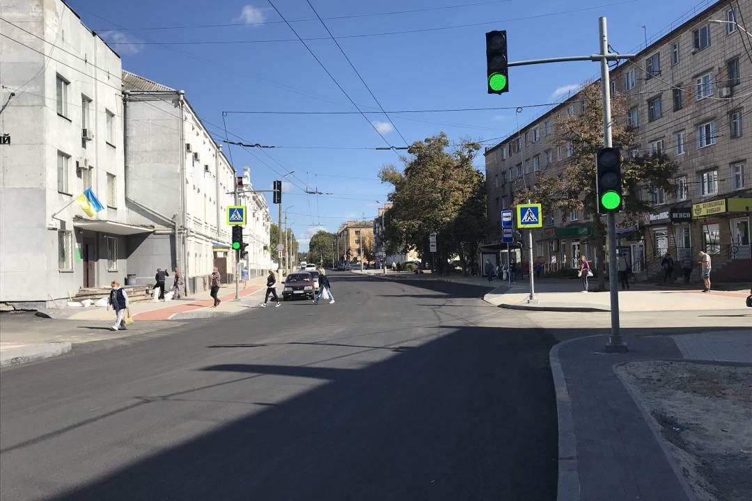 Без дерев, але з новим асфальтом: як виглядає вулиця Шевченка після ремонту. ФОТО