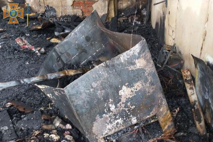 У Новгород-Сіверському під час пожежі гаражу «постраждали» два сусідні будинки. ФОТО