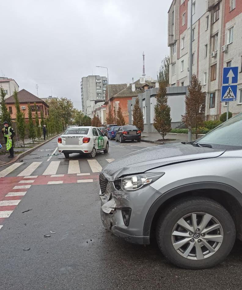 На перехресті Магістрацької та Ремісничої не розминулись таксі «Bolt» та «Маzdа»: травмувалась дівчина. ФОТО