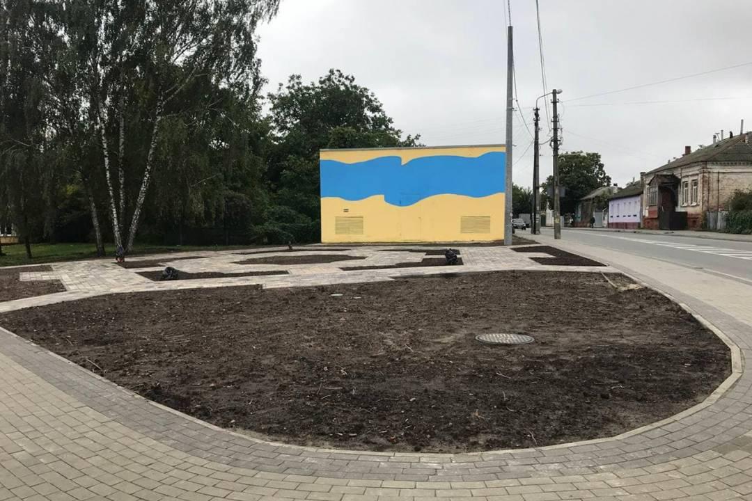 У Чернігові облаштували основу для майбутнього міні-скверу на П'яти кутах. ФОТО