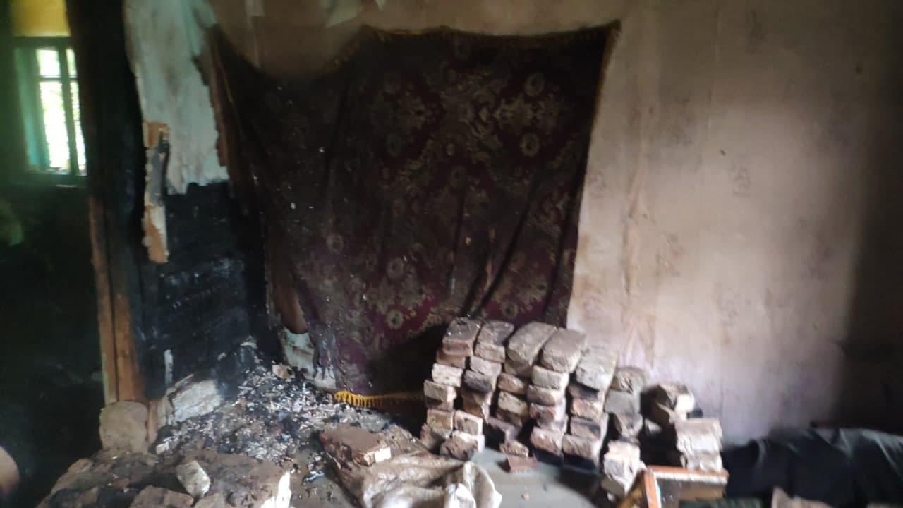 На Чернігівщині під час пожежі будинку знайшли тіло 50-річного господаря. ФОТО