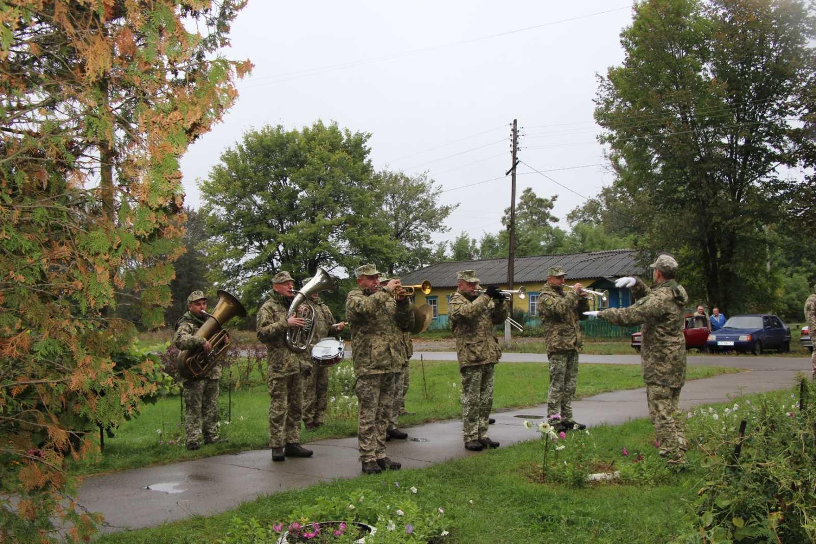 В селі на Чернігівщині поховали п'ятьох невідомих воїнів, які загинули під час Другої світової. ФОТО