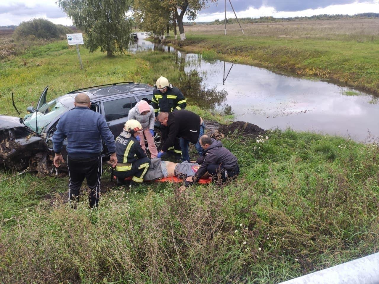 Автівка впала в меліоративний канал: на Чернігівщині у ДТП загинула людина, ще дві у лікарні. ФОТО