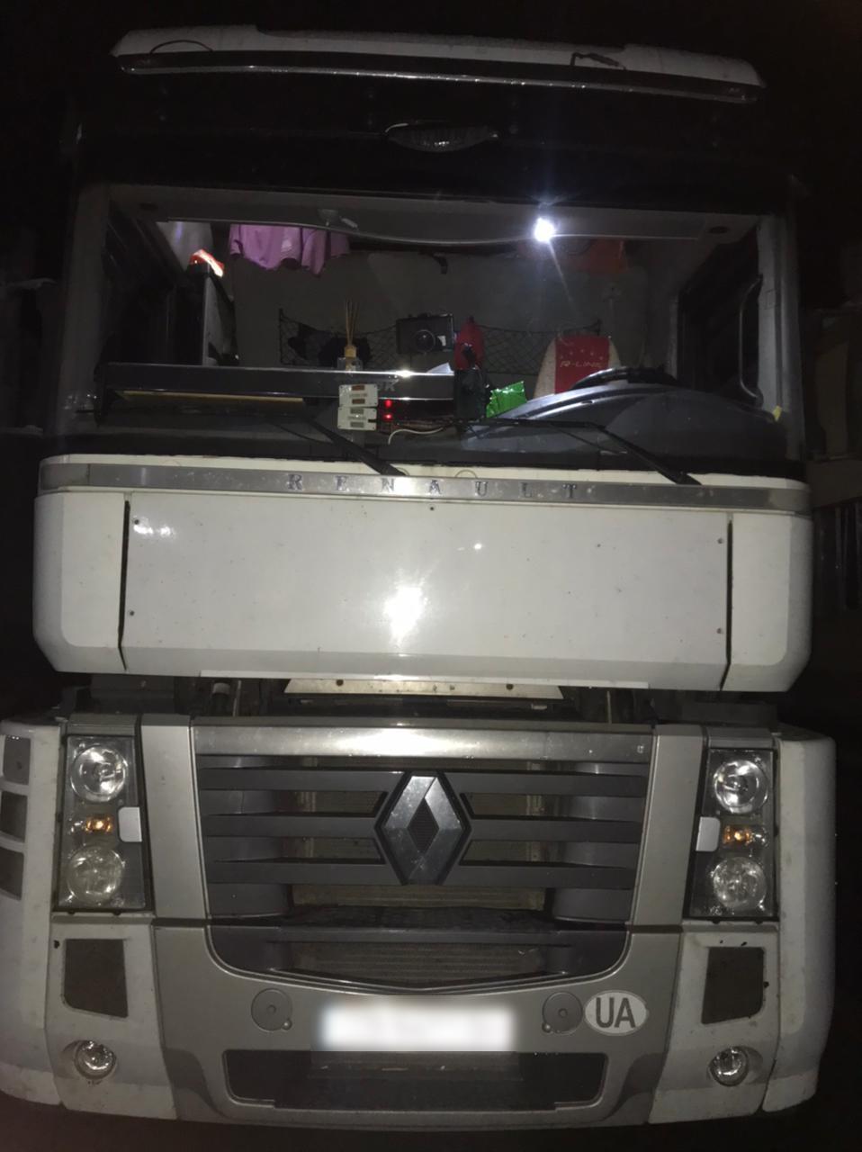 На кордоні у водія вилучили вантажівку через контрабанду цигарок. ФОТО