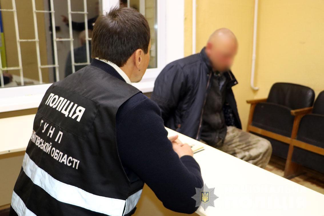 Змінив зовнішність та ночував у лісі: у Чернігові затримали чоловіка, якого розшукували за вбивство матері. ФОТО