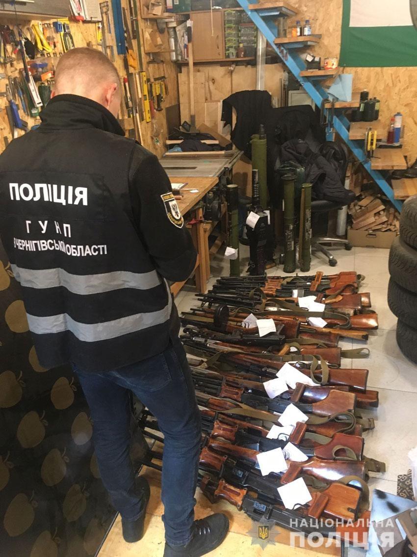 Від ручних гранат до станкових кулеметів: у чернігівця вилучили арсенал зброї. ФОТО
