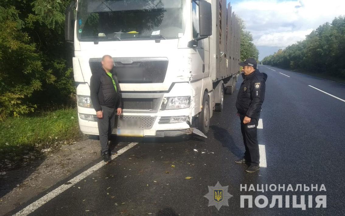 На Чернігівщині нетверезий водій вантажівки зіткнувся з легковиком та поїхав з місця ДТП. ФОТО