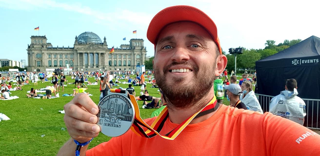 Чернігівець Павло Деркач пробіг у Берліні свій 120-й марафон. ФОТО