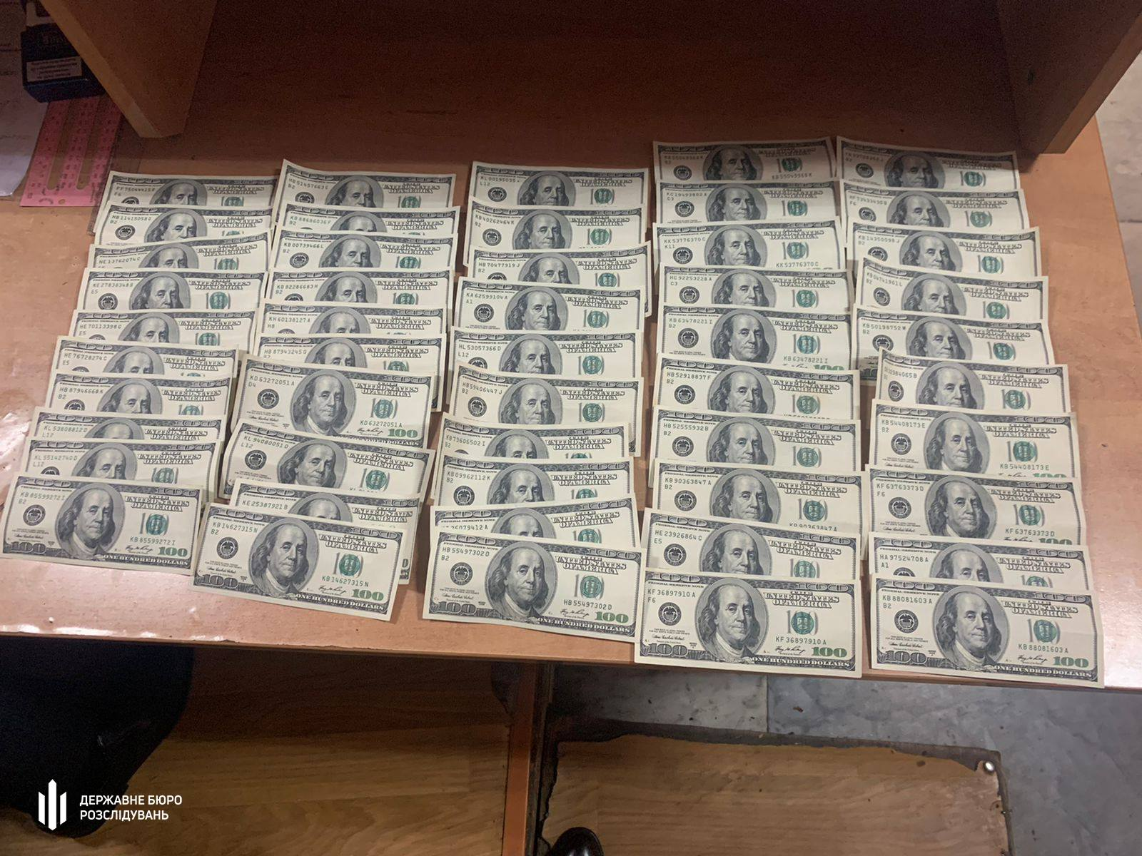 5 тисяч доларів — слідчому: топ-чиновницю Держгеокадастру з Чернігівщини затримали на хабарі