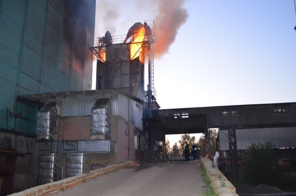 У Городні горіла зерносушарка: вогонь знищив 20 тонн насіння соняшника. ФОТО