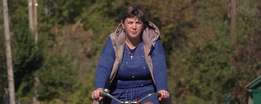 Бібліотека на колесах: на Чернігівщині бібліотекарка на велосипеді розвозить книжки пенсіонерам