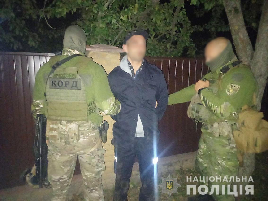 Маскувалися під поліцейських: поліція затримала двох чоловіків за підозрою у розбійному нападі на мешканця Носівки