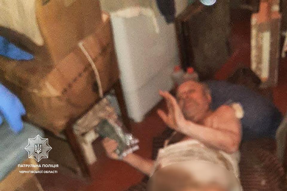 Через вікно до зачиненої квартири: у Чернігові патрульні допомогли пенсіонеру, якого паралізувало