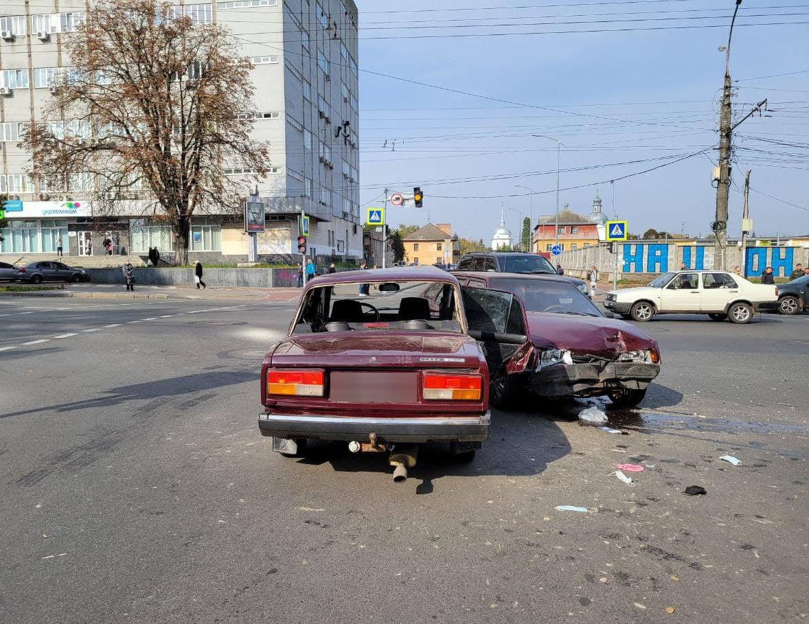У центрі Чернігова зіткнулися два «ВАЗи: троє людей постраждали. ФОТО